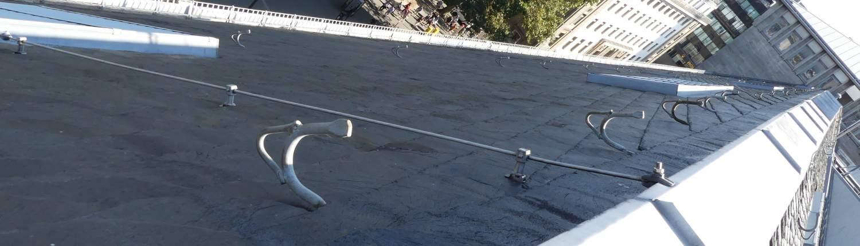 Schäden am Schieferdach in Köln mit Dachhaken zur Absturzsicherung